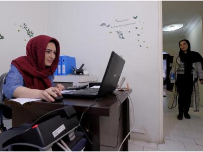 موظفة تعمل على حاسوبها المحمول في شركة تخفیفان بطهران، إيران، 19 يناير 2016. حقوق الصورة محفوظة لرويترز.