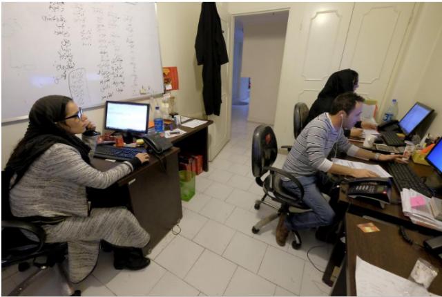 موظفون يعملون على حواسبيهم المحمولة في شركة تخفیفان بطهران، ايران 19 يناير 2016. حقوق الصورة محفوظة لرويترز.