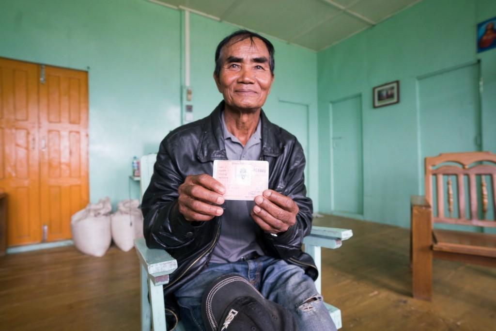 مواطن من ولاية تشين، ميانمار، يحمل بطاقة تحقيق مواطنة. ملكية الصورة: كريس مارمو| Paper Giant