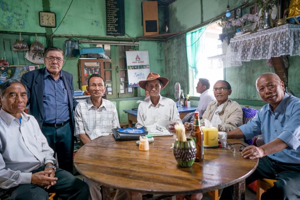 رجال مجتمعون في مطعم محلي بعدما حضروا قدّاسا في كنيسة. ملكية الصورة: كريس مارمو| Paper Giant
