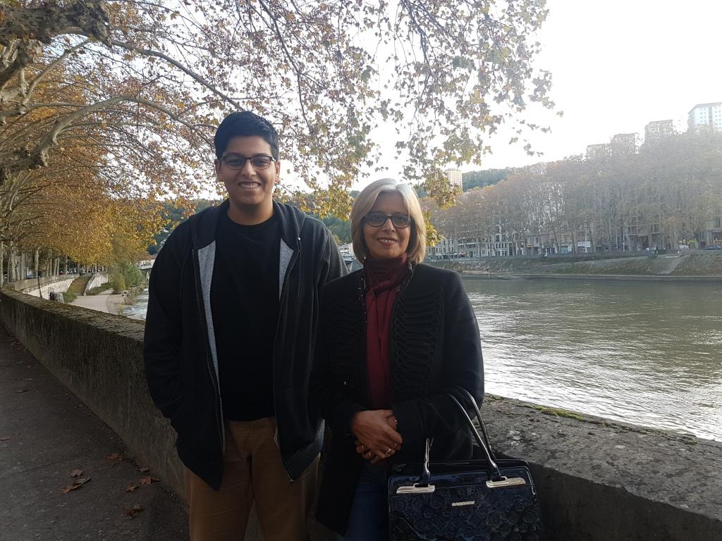 مهدي عمران وأمه أمام أحد الأنهار في مدينة ليون - فرنسا (نُشرت الصورة بإذنه)