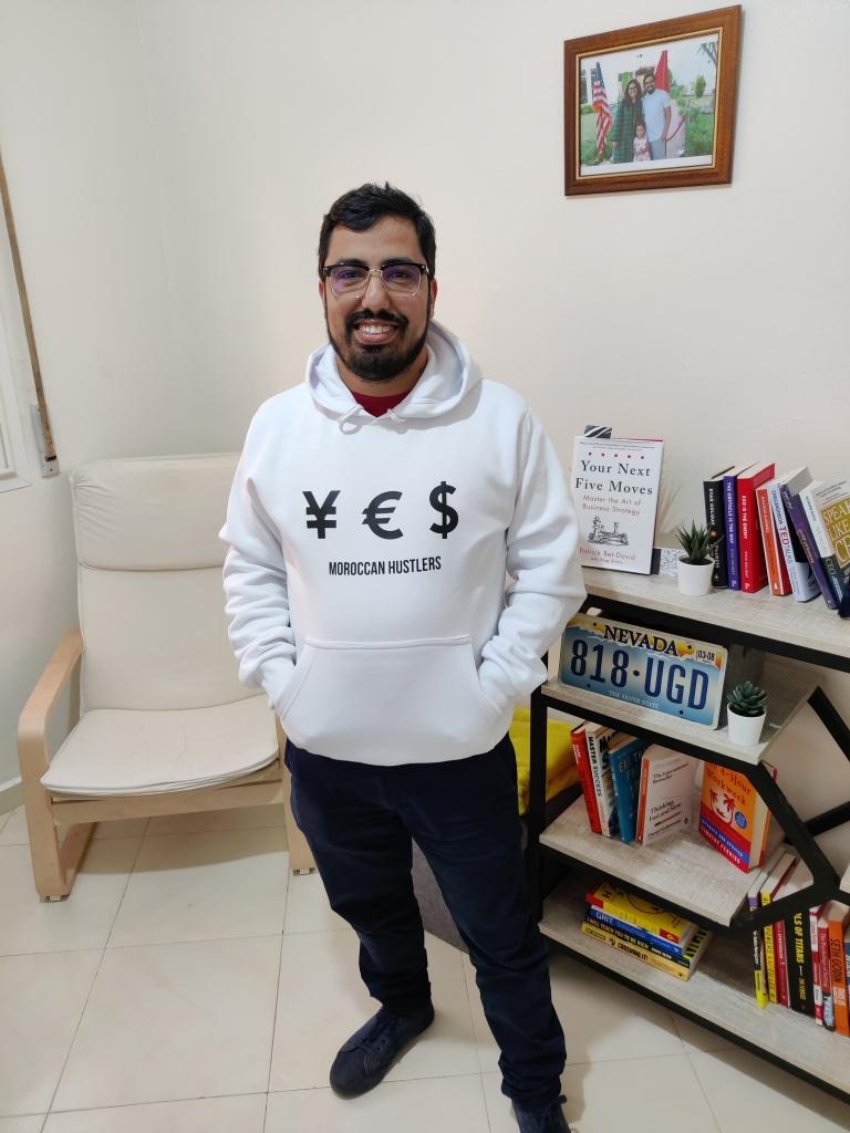 صورة تمثل الأستاذ حسن عنبر في مكتبه - نُشرت الصورة بإذنه