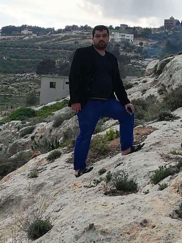 الأستاذ زاهر طلب في نزهة في البرية - نُشرت الصورة بإذنه