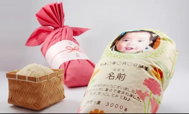 مثال على أكياس الأرز التي تمثل أطفالًا رضّعا. مصدر الصورة: ذا غارديان.